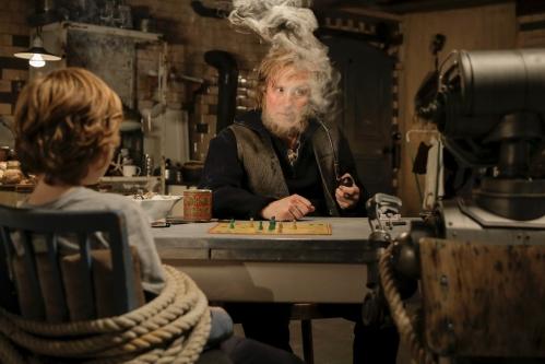 Der Leuchtturmwärter Matti (Bjarne Mädel) nimmt Tobbi (Arsseni Bultmann) und Robbi (Robbi) gefangen, damit er nicht mehr so alleine ist.
