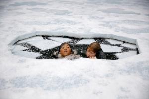 Nunu (Melina Mardini) und Tobbi (Arsseni Bultmann) sind am Nordpol ins Eis eingebrochen!